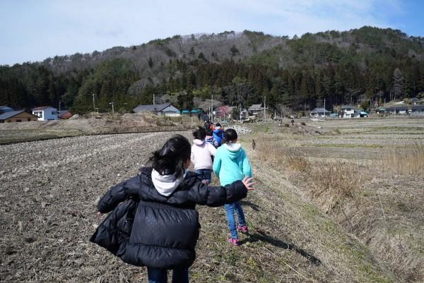 1503子どもたちのお散歩あぜ道