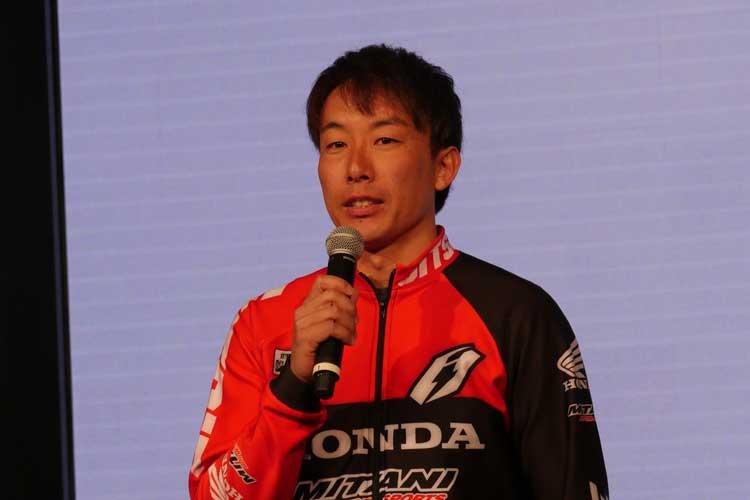 ステージで挨拶する小川友幸選手