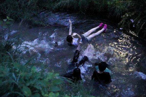川に飛び込む若者