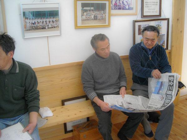 2011年3月13日新聞を読む区長たち