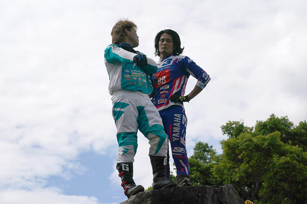 野崎史高(左)と黒山健一(右)