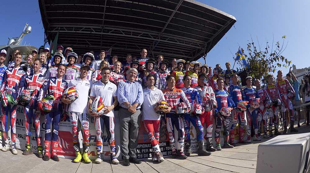 予選終了後に全選手が集まって記念写真を撮った